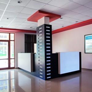 Una portineri moderna o meglio una recepito di condominio è supportata da schermi lcd